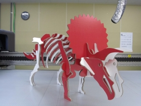 ダンボール製全長1.5mの恐竜クラフト